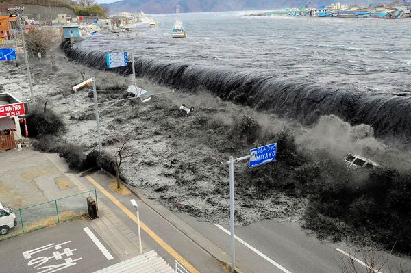 Japan-earthquake-tsunami-nuclear-unforgettable-pictures-wave_33291_600x450[1]
